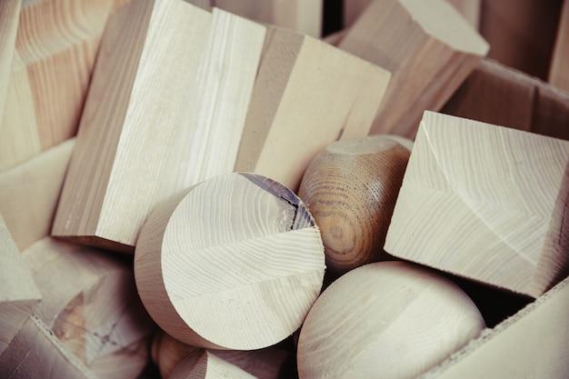 Figures géométriques en bois dans une boîte