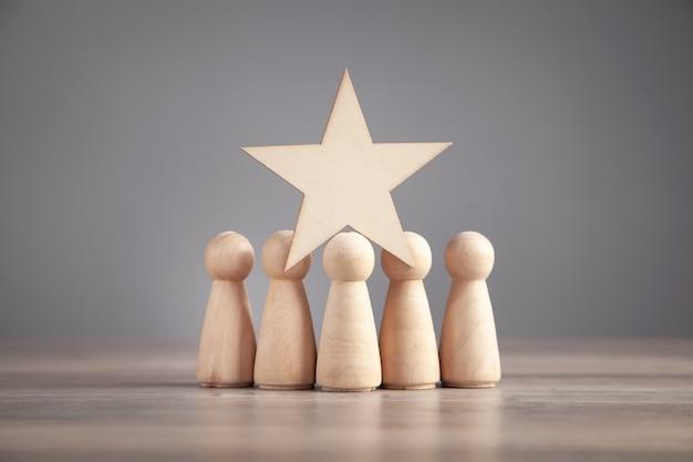 Figures humaines en bois avec étoile. meilleure évaluation et satisfaction client