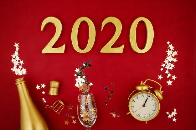 Figures de vue de dessus, bouteille d'or de champagne, verre, réveil et confettie.