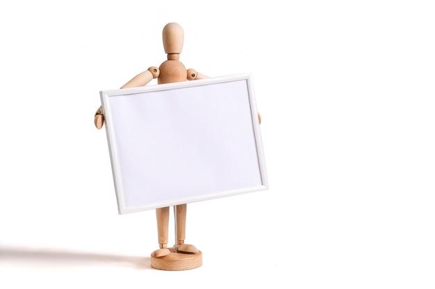 Figurine en bois tenant un cadre photo