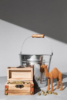 Figurine de chameau du jour de l'épiphanie avec coffre au trésor et seau