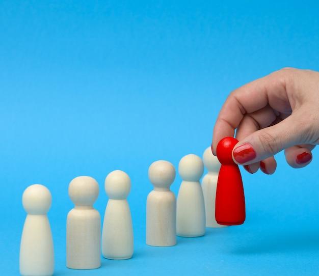 Figurine choisie dans la foule. concept de recherche d'employés talentueux, de gestionnaires, de recrutement de personnel