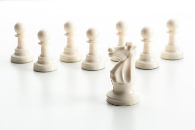 Figurine d'échecs isolée sur la surface blanche