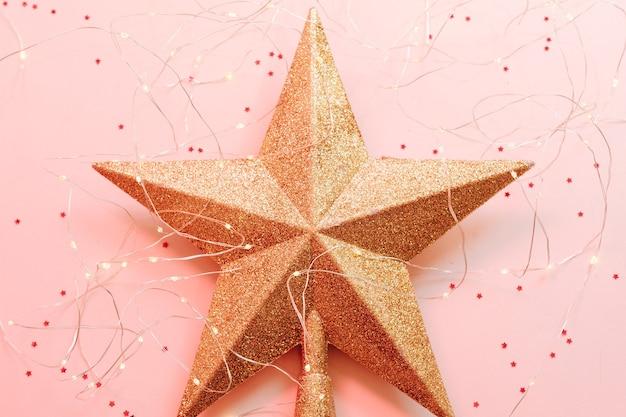 Figurine étoile de noël avec des paillettes et des guirlandes lumineuses