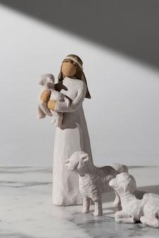 Figurine féminine du jour de l'épiphanie avec mouton