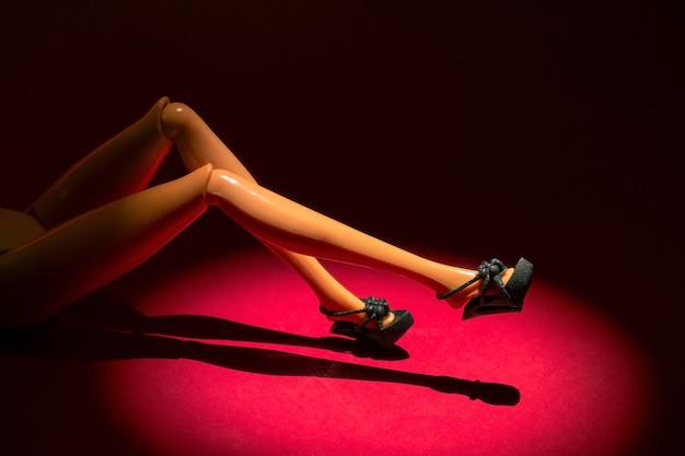 Figurine femme sexy allongée sur le rouge