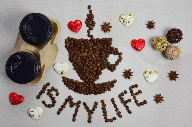 Cette figurine en forme de tasse de café avec une soucoupe est composée de grains de café