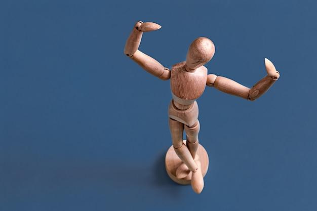 La Figurine D'homme En Bois Sur Bleu. Photo gratuit