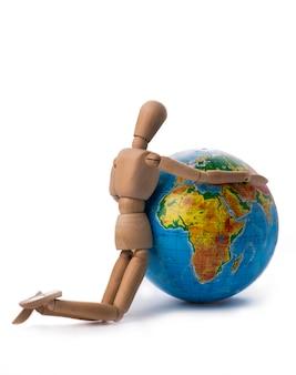 Figurine d'un homme étreignant ses mains globe