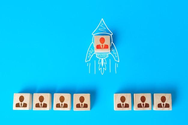 Une figurine humaine vole d'une rangée de collègues sur une fusée doodle dessiné