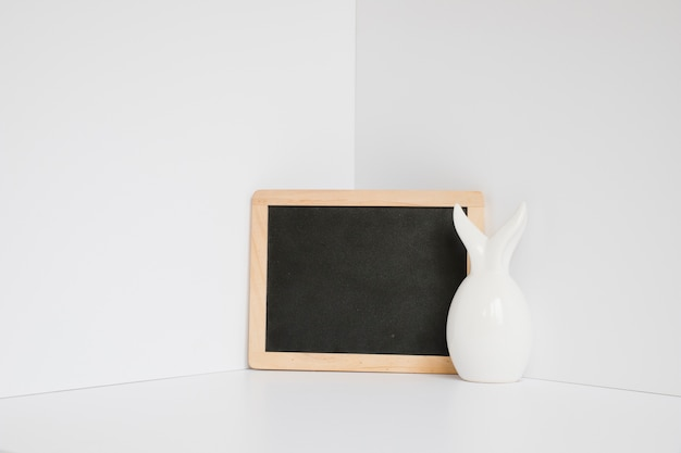 Figurine de lapin blanc au tableau noir