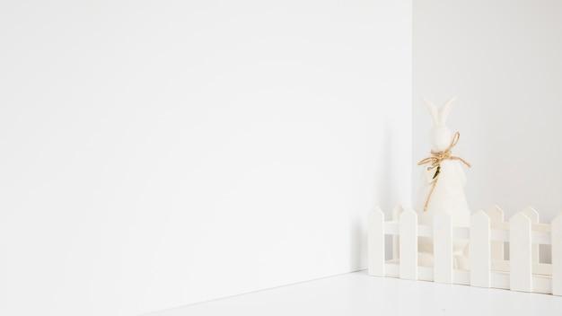 Figurine de lapin blanc en clôture
