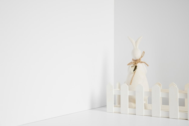 Figurine de lapin à la clôture