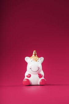 Figurine licorne sur fond rose