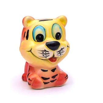 Figurine en porcelaine de joyeux tigre rouge, isoler sur fond blanc