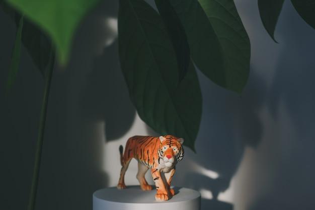 Une figurine de tigre parmi les feuilles un symbole du nouvel an chinois
