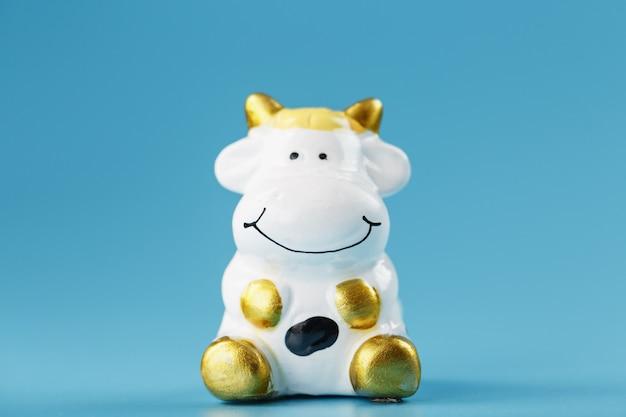 Figurine de vache sur fond bleu, concert du nouvel an