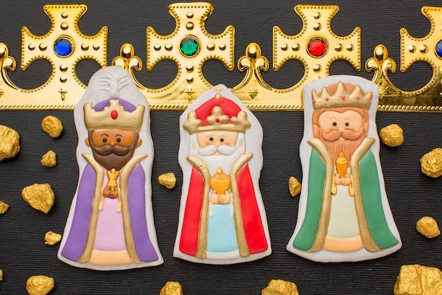 Figurines de biscuits royaux et couronne d'or