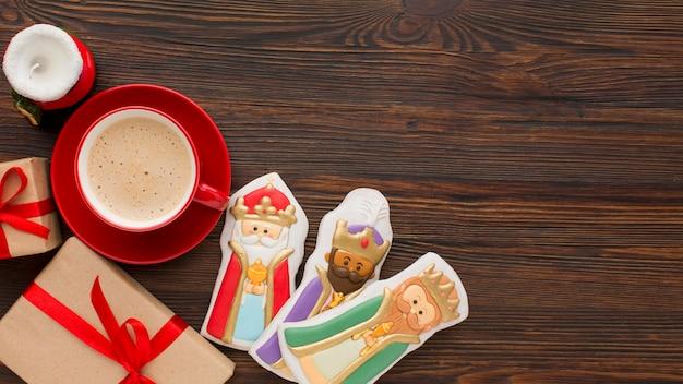 Figurines comestibles de biscuit de redevance sur fond de bois