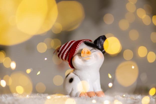 Figurines décoratives sur le thème de noël. cochon mignon dans un chapeau