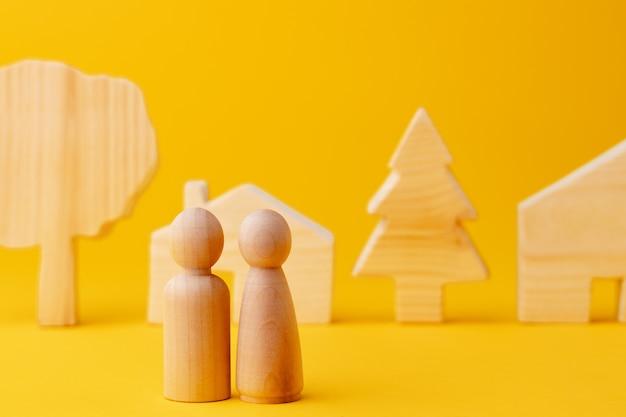 Figurines d'hommes en bois et maison en bois jouet close up