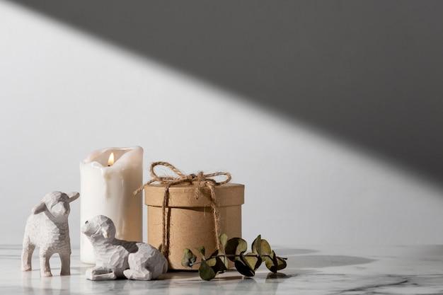 Figurines de moutons du jour de l'épiphanie avec bougie et espace copie
