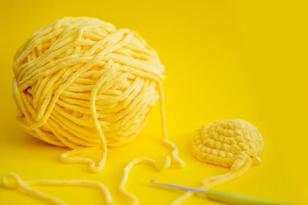 Fil de couleur pour le tricot, les aiguilles à tricoter et les crochets.