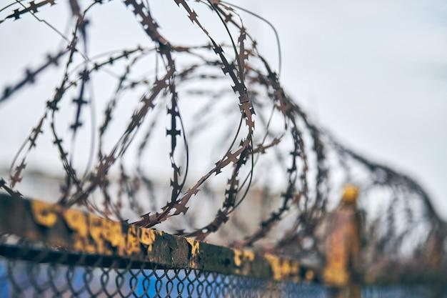 Fil de fer barbelé sur clôture de zone réglementée