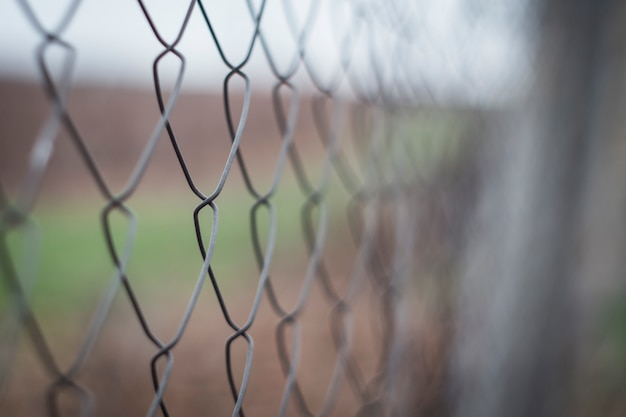 Fil de fer barbelé sur la clôture