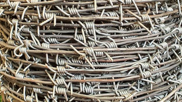 Le fil de fer barbelé est vendu dans un magasin. convient aux clôtures, aux clôtures.