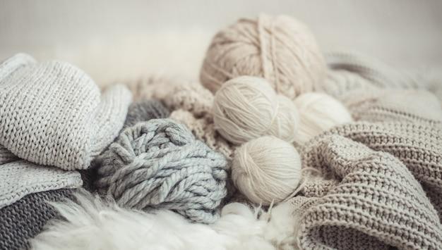 Fil et fil à tricoter sur le lit