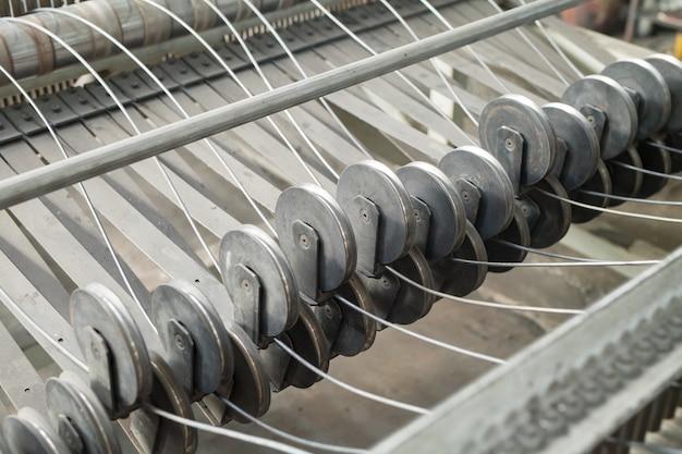 Fil machine, barres d'armature, treillis dans les entrepôts. entrepôt de production à l'usine de câbles.