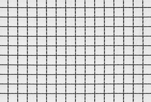 Fil métallique de cage sur fond de mur de béton de fissure blanche