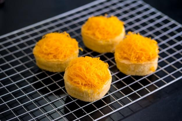 Fil d'or au jaune d'oeuf gâteaux sur le gril, aliments sucrés thaïlandais
