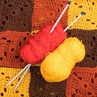 Fil rouge et jaune sur un motif en laine