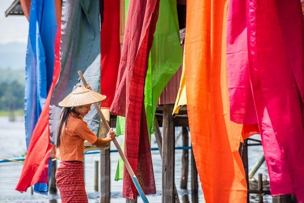 Fil sec birman les tissus de lotus colorés à la main au lac inle, dans l'état de shan au myanmar.