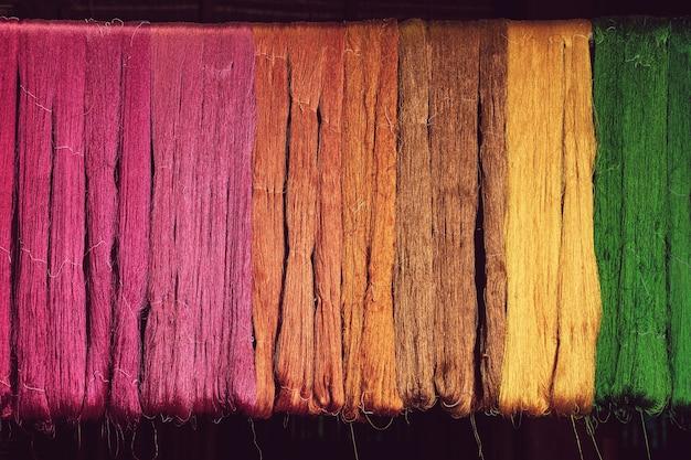Fil de soie coloré allant du colorant naturel au tissage