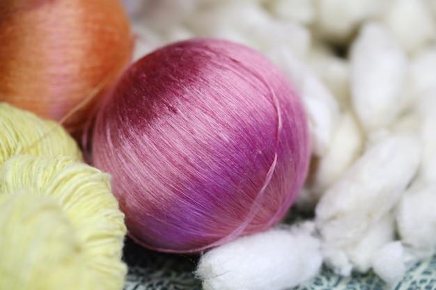 Fil de soie coloré