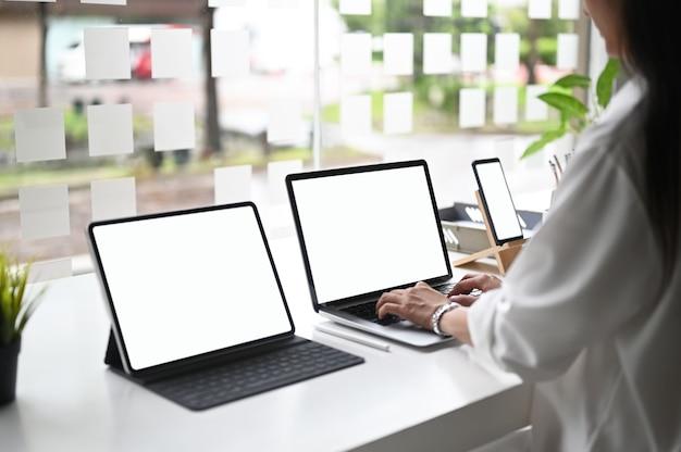 Filaire de prototype de concepteur créatif pour le web avec écran vide à trois écrans