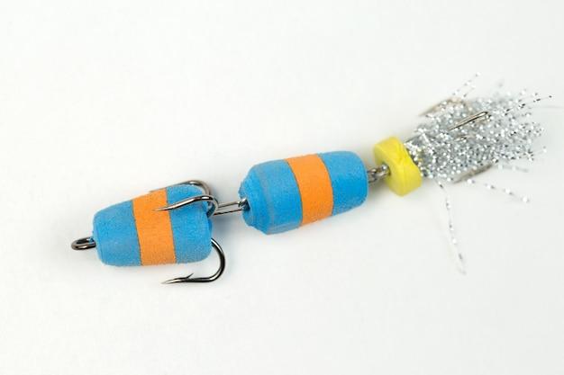 Filateurs de pêche et wobblers multicolores sur fond