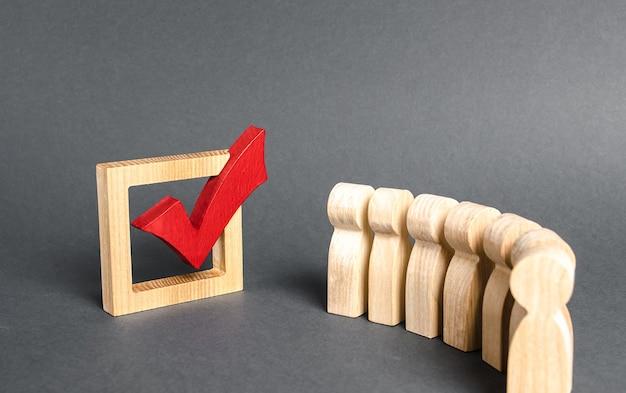 File d'attente de personnes et coche rouge pour voter concept d'élections démocratiques sondage référendaire