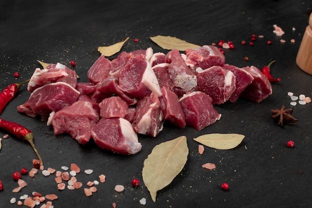 Filet d'agneau haché cru, filet de filet coupé en dés ou viande de surlonge de mouton en cubes. filet de mouton frais, filet de longe aux épices gros plan
