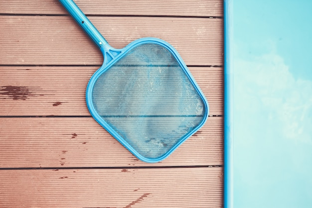 Filet au bord de la piscine