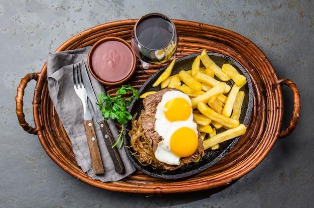 Filet de boeuf avec frites et oeufs