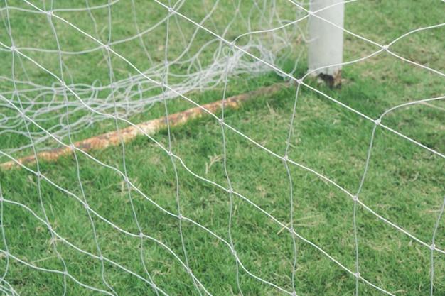 Filet de but de football sur terrain en gazon., but de football vide avec filet blanc