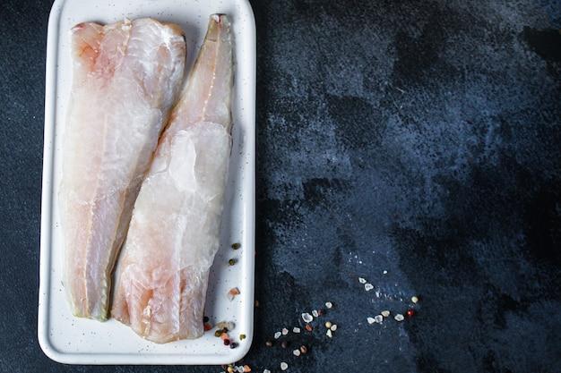 Filet de merlu congelé au poisson cru