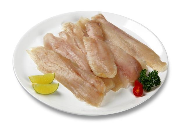Filet de merlu frais isolé sur une surface blanche