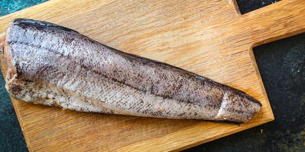 Filet de merlu poisson cru portion de fruits de mer sur la table de cuisson