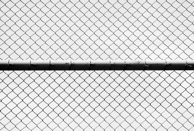 Le filet métallique de la cage sur fond blanc