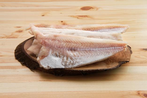 Filet de pangasius congelé sur une table en bois